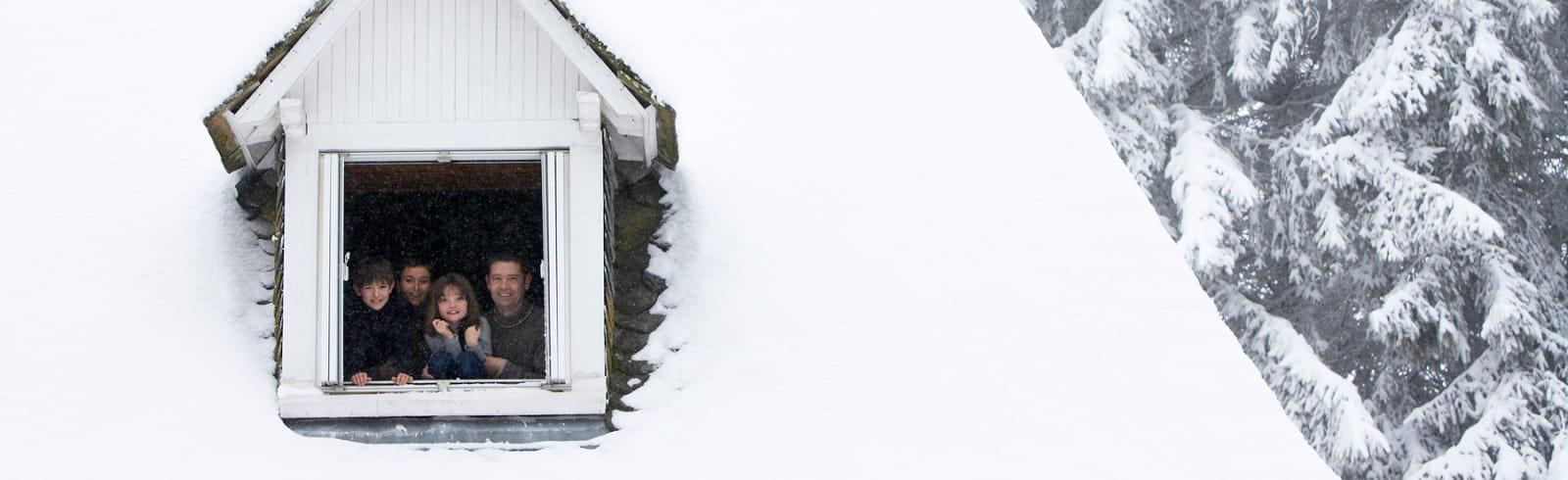hiver à la fenêtre famille à la fenêtre