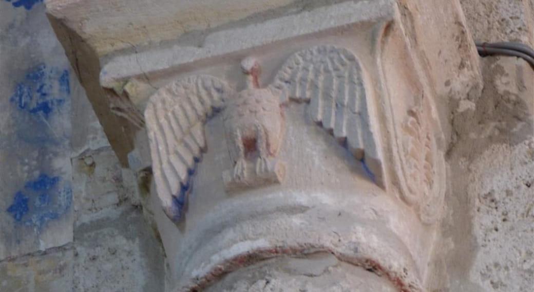 Chapiteau avec traces pigmentaires peintures anciennes