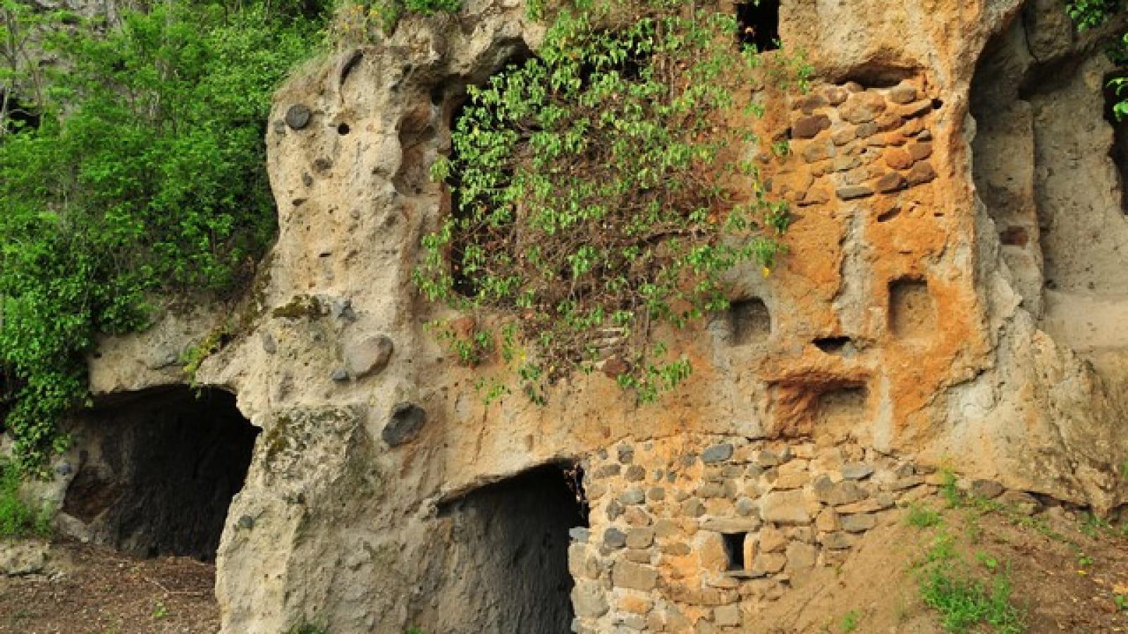 Chaux de Pardines et grottes de Perrier