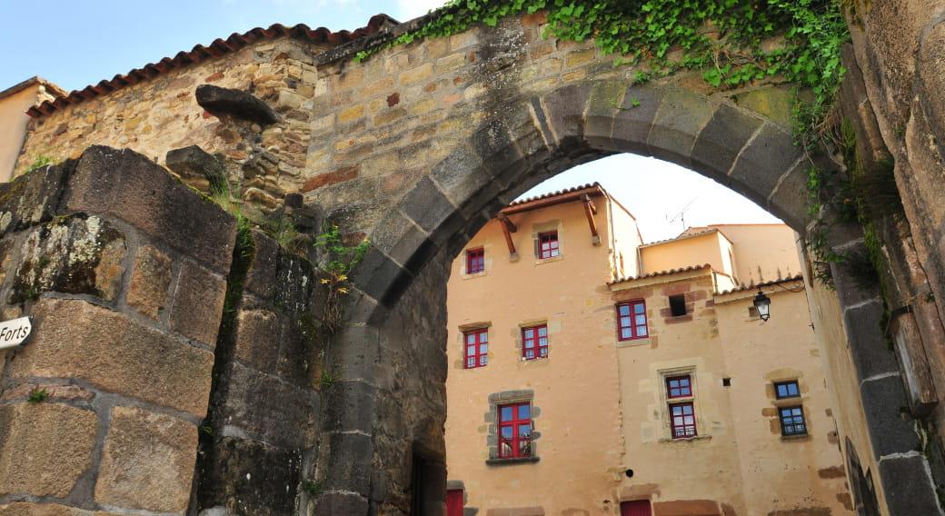 Bourg fortifié de Sauvagnat Sainte-Marthe