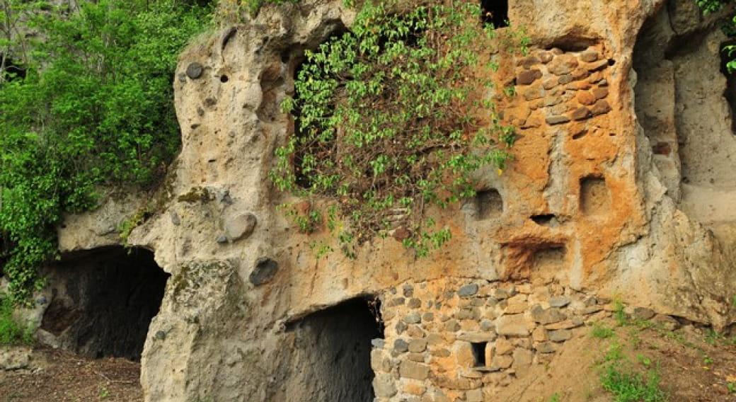 Grottes troglodytiques de Perrier