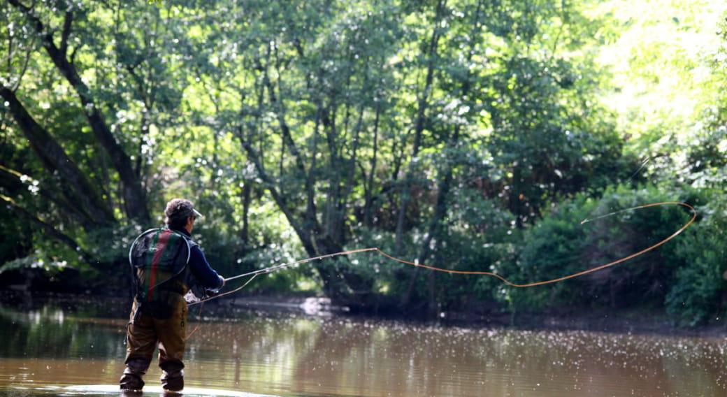Site de pêche du lac d'Entraigues à Egliseneuve d'Entraigues