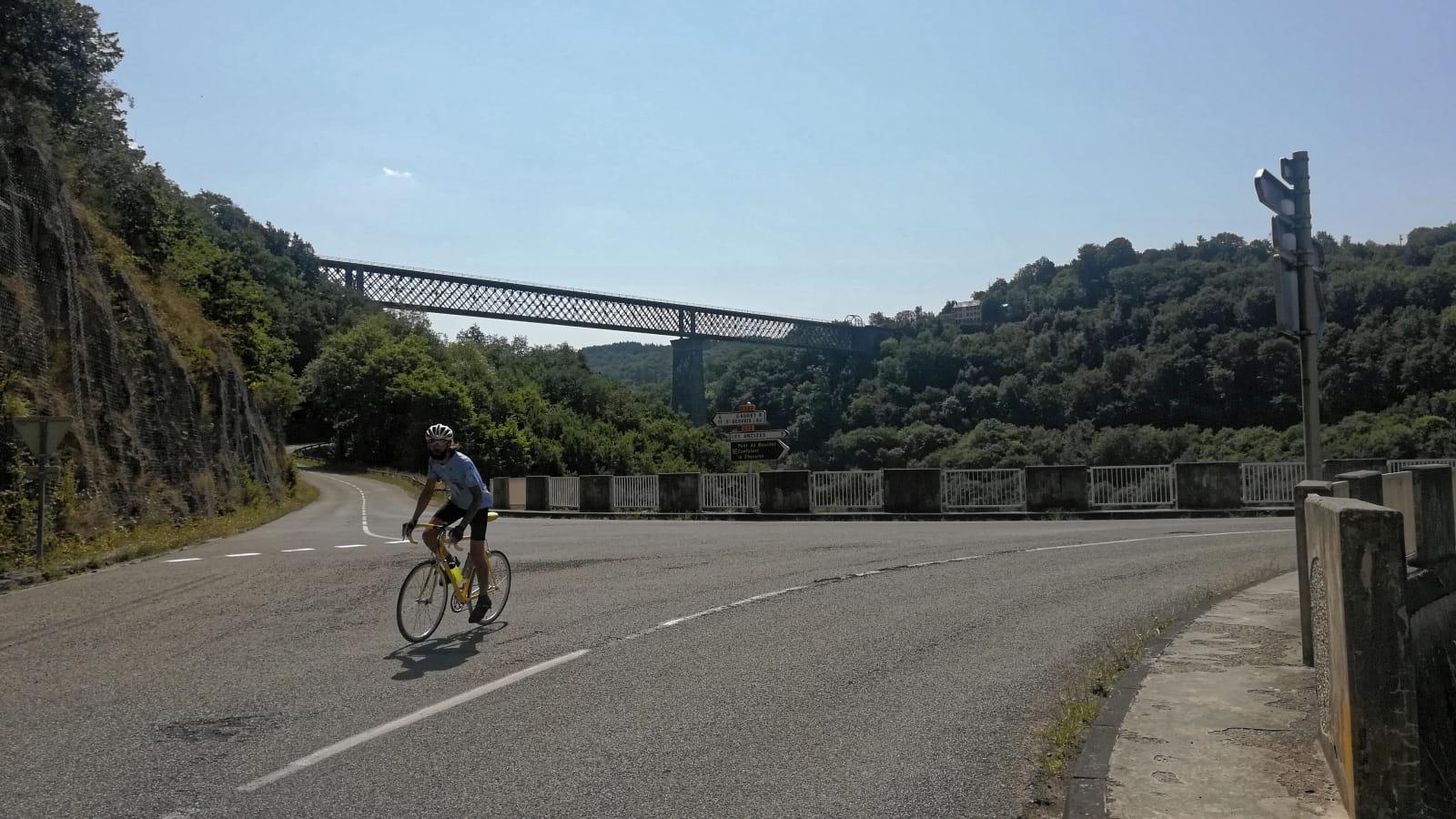 Passage devant le Viaduc des Fades