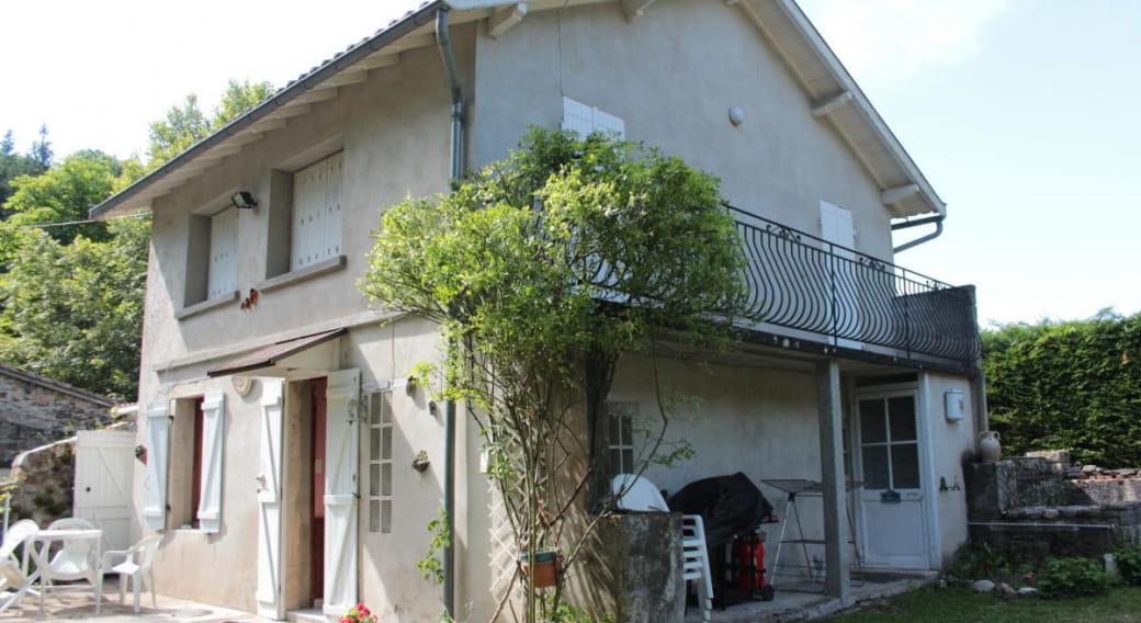 Gite Les Tressots à St Bonnet de Rochefort dans l'allier en Auvergne, extérieur, terasse, toilette extérieur sous balcon