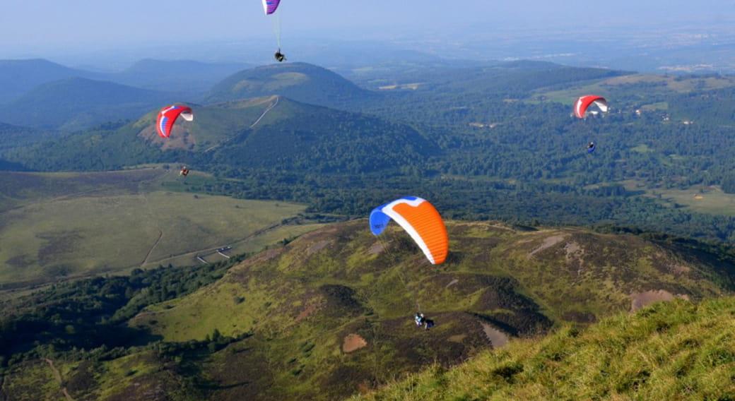 Vole en parapente au-dessus des volcans d'auvergne