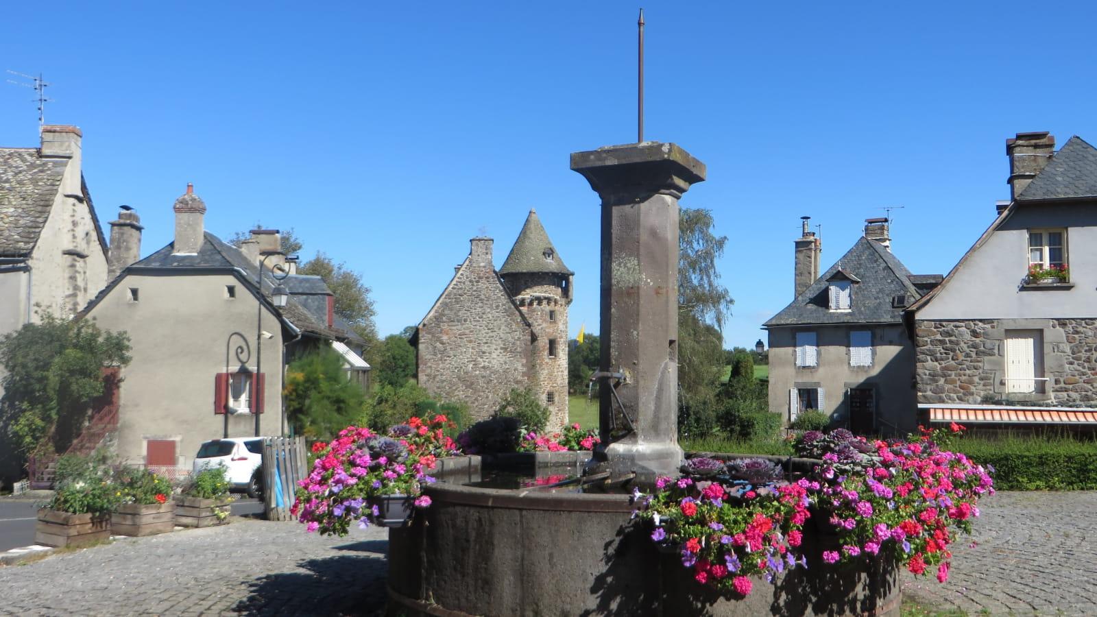 Place de l'église et Château de la Trémolière